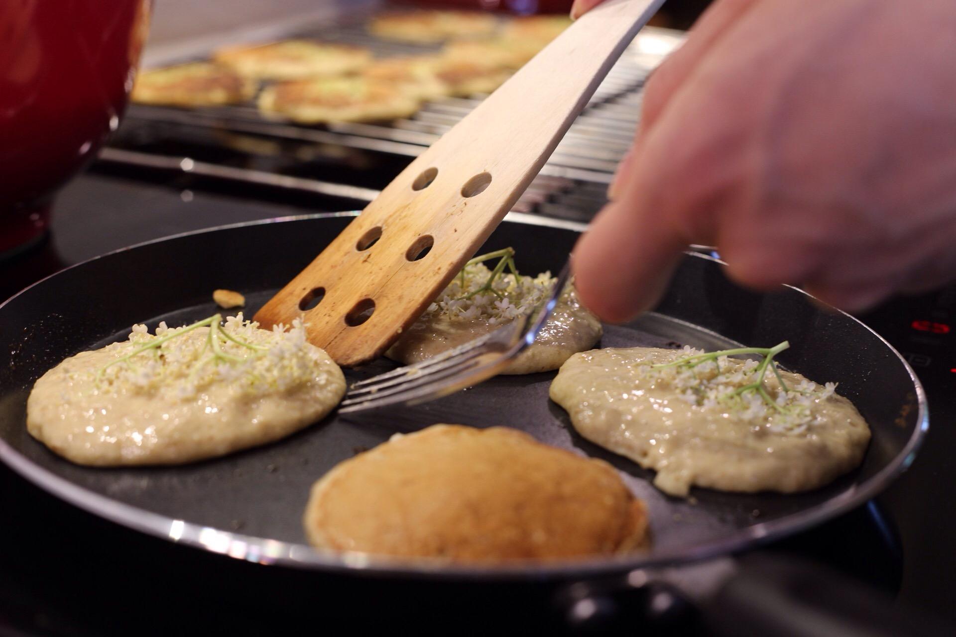 Glutenfri brunchpandekager med havre og hyldeblomst