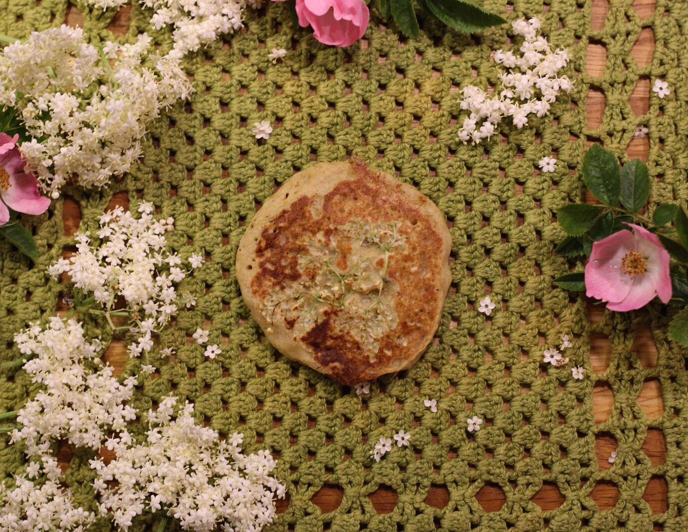 Glutenfrie brunchpandekager med havre og hyldeblomst