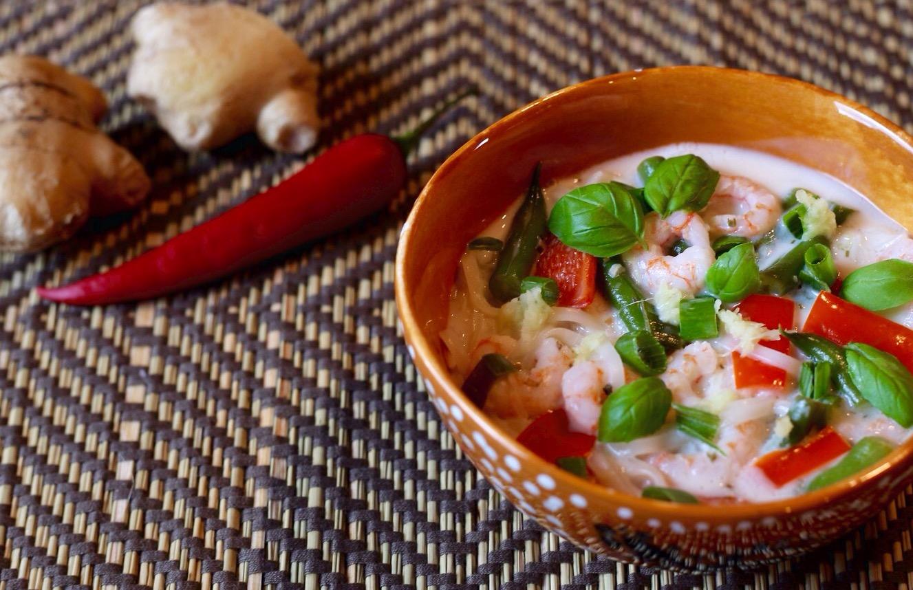 Opskrift - aftensmad: Glutenfri, low fodmap chili-kokossuppe med rejer.